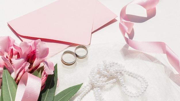 Bovenaanzicht schattig bruiloft arrangement op witte achtergrond