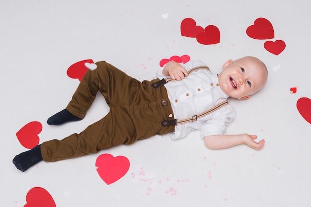 Bovenaanzicht schattige babyjongen glimlachen