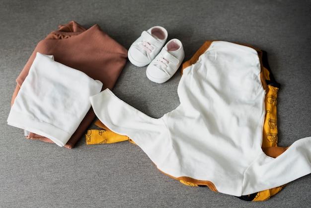 Bovenaanzicht schattige babykleding arrangement