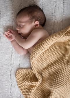Bovenaanzicht schattige kleine jongen slaapt