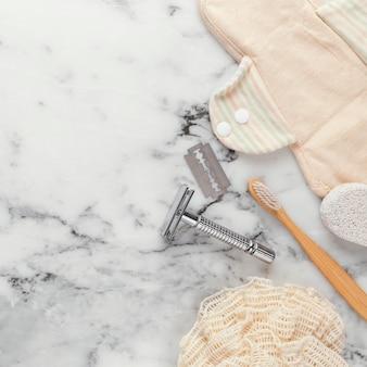 Bovenaanzicht scheermes en tandenborstel