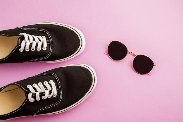 Bovenaanzicht schoenen en zonnebrillen
