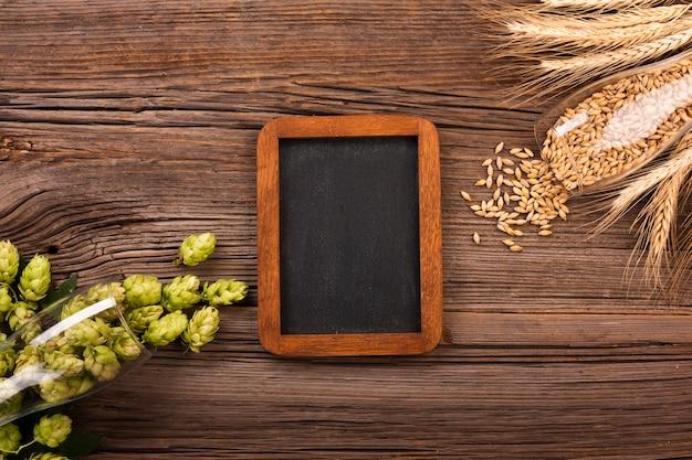 Bovenaanzicht schoolbord met bier ingrediënten