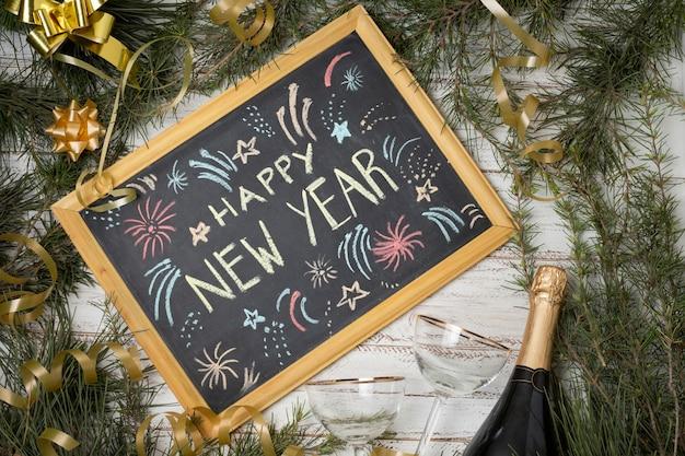 Bovenaanzicht schoolbord met gelukkig nieuwjaar bericht
