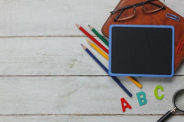 Bovenaanzicht schoolelementen op houten achtergrond