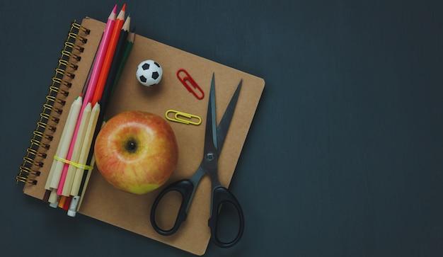 Bovenaanzicht schoolelementen op krijtbord