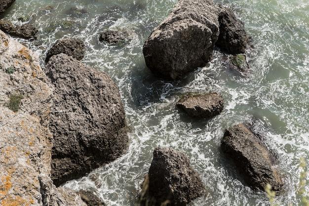 Bovenaanzicht schoon water en rotsen