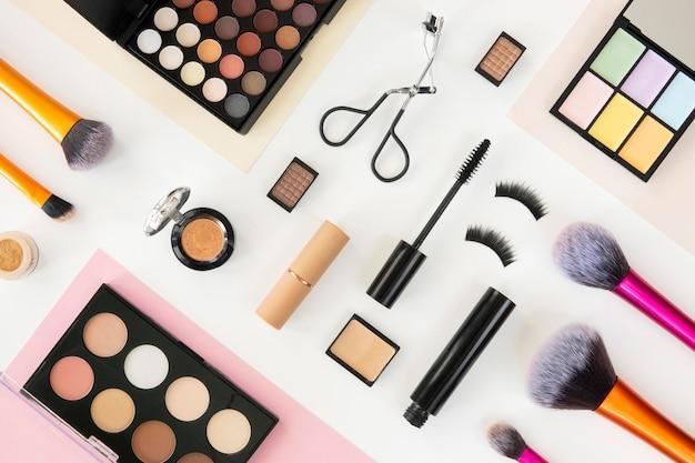 Bovenaanzicht schoonheid cosmetische producten op tafel