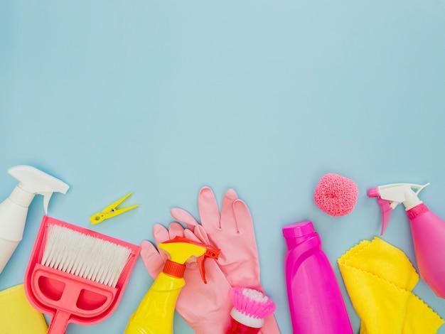 Bovenaanzicht schoonmaakproducten met kopie ruimte