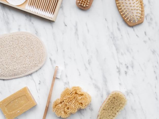 Bovenaanzicht schoonmaakproducten op marmeren tafel