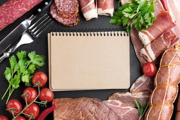 Bovenaanzicht selectie lekker vlees op de tafel met tomaten