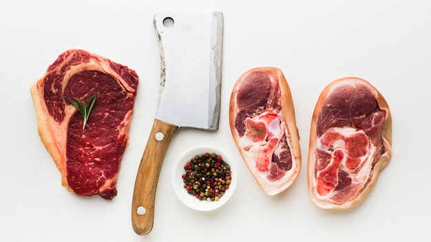 Bovenaanzicht selectie steaks klaar om te worden gekookt