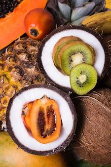 Bovenaanzicht selectie van exotisch fruit klaar om te worden geserveerd