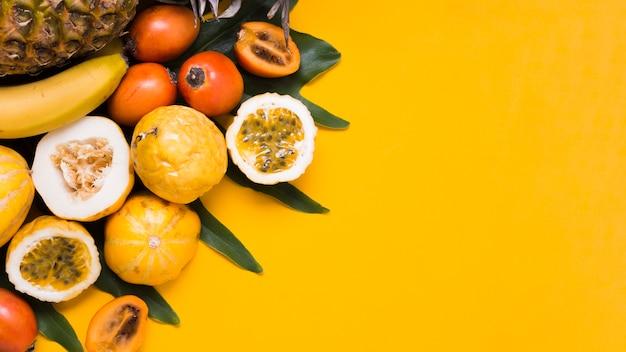 Bovenaanzicht selectie van exotische vruchten op tafel