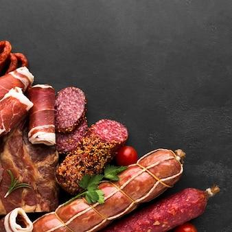 Bovenaanzicht selectie van lekker vlees op de tafel