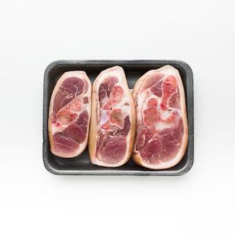 Bovenaanzicht selectie van rauwe steaks klaar om te worden gekookt