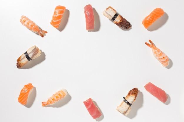 Bovenaanzicht selectie van smakelijke sushi met kopie ruimte