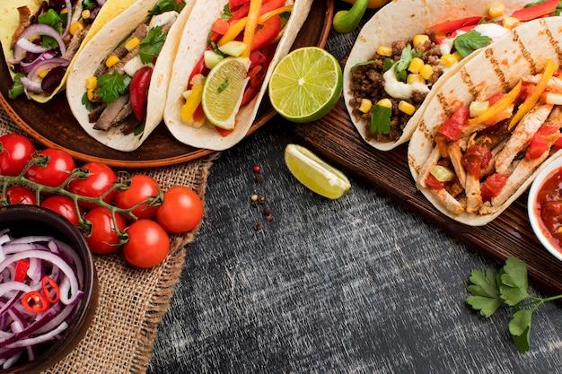 Bovenaanzicht selectie van smakelijke taco's klaar om te worden geserveerd