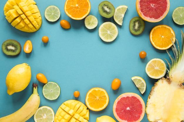Bovenaanzicht selectie van vers en smakelijk fruit op tafel