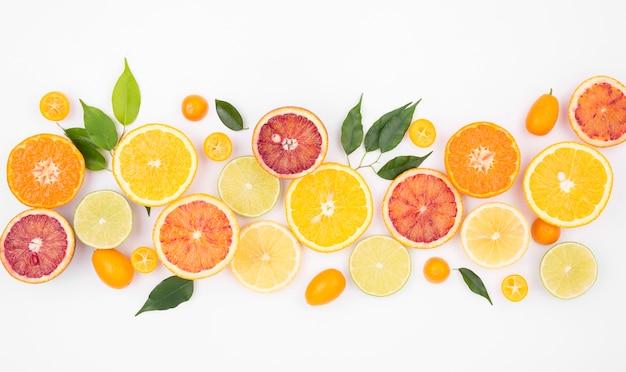 Bovenaanzicht selectie van vers fruit op tafel