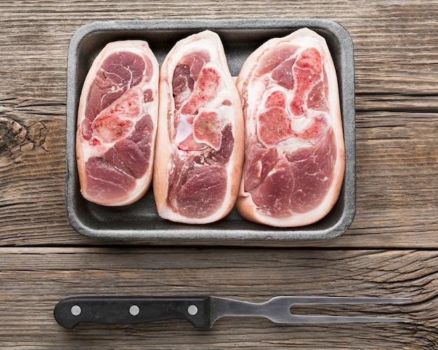 Bovenaanzicht selectie van verse steaks op de tafel