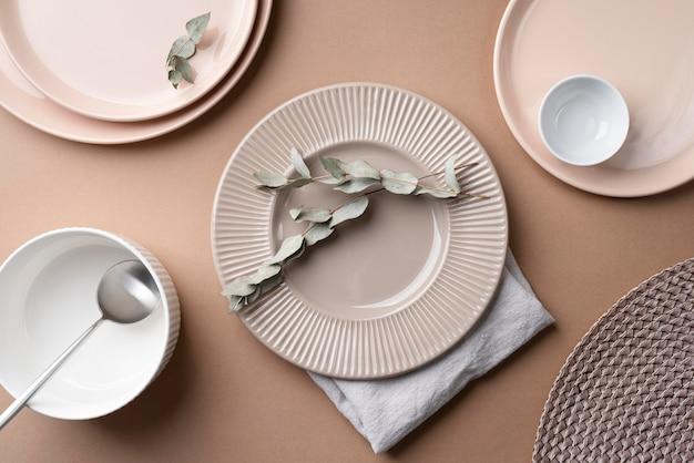 Bovenaanzicht servies arrangement op tafel