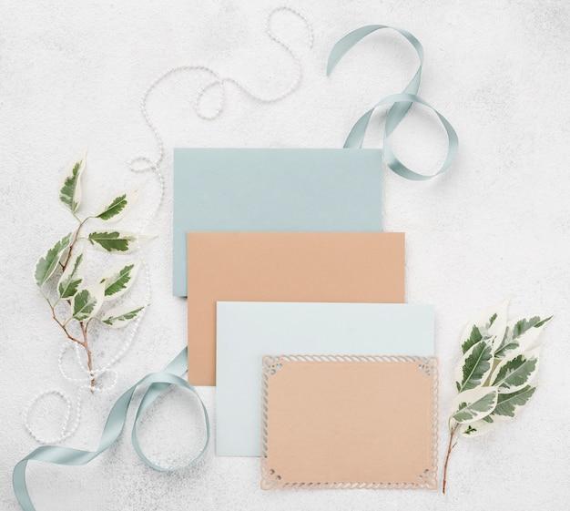 Bovenaanzicht set bruiloft uitnodigingen enveloppen