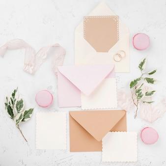 Bovenaanzicht set bruiloft uitnodigingskaarten met bloemen