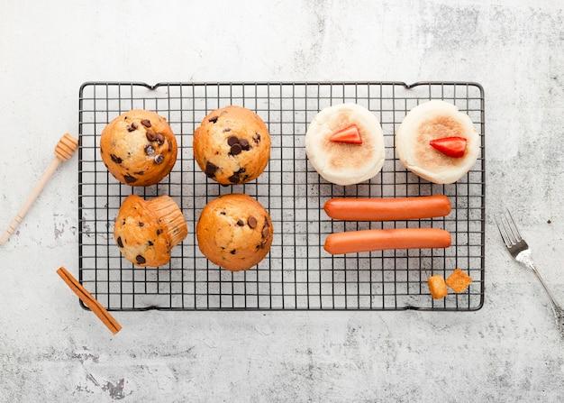 Bovenaanzicht set muffins naast worstjes