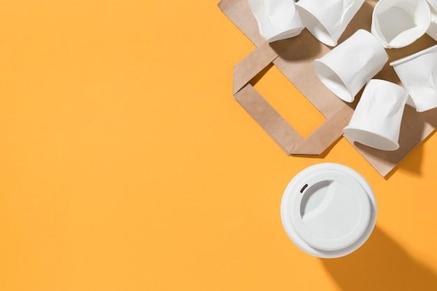 Bovenaanzicht set plastic bekers op tafel