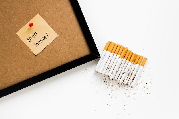 Bovenaanzicht set van sigaretten met sitcky notitie