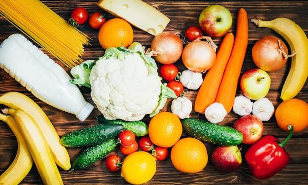 Bovenaanzicht set van voedsel groenten fruit zuivelproducten op houten oppervlak