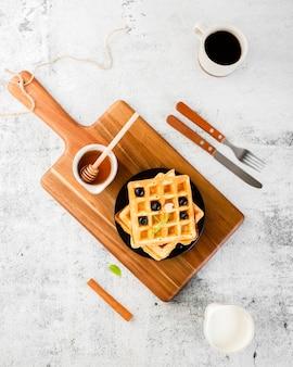 Bovenaanzicht set wafel op houten bovenkant
