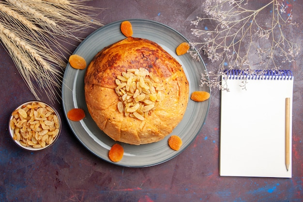 Bovenaanzicht shakh plov heerlijke oosterse maaltijd bestaat uit gekookte rijst in rond deeg op de donkere achtergrond voedsel keuken maaltijd rijst koken