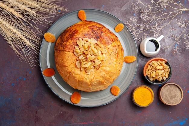 Bovenaanzicht shakh plov heerlijke oosterse maaltijd bestaat uit gekookte rijst in rond deeg op donkere achtergrond keuken maaltijd rijstvoedsel deeg