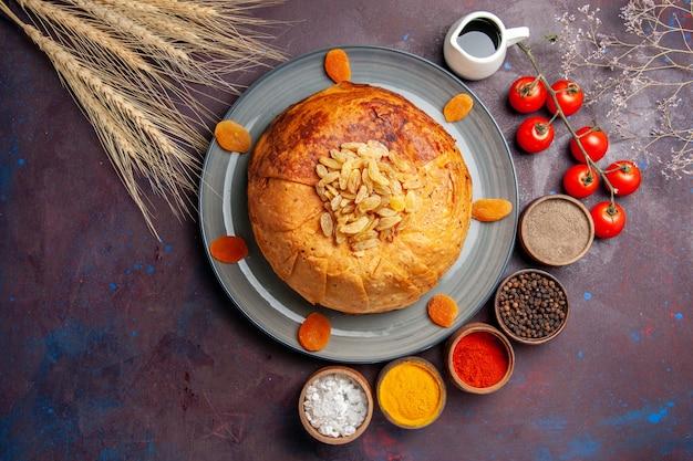 Bovenaanzicht shakh plov heerlijke oosterse maaltijd bestaat uit gekookte rijst in rond deeg op donkere achtergrond voedsel keuken maaltijd rijstdeeg
