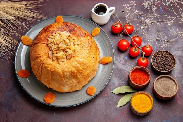 Bovenaanzicht shakh plov heerlijke oosterse maaltijd bestaat uit gekookte rijst in rond deeg op donkere tafel eten keuken maaltijd rijstdeeg