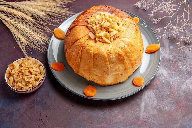 Bovenaanzicht shakh plov heerlijke oosterse maaltijd bestaat uit gekookte rijst in rond deeg op een donkere ondergrond rijst eten keuken maaltijd koken