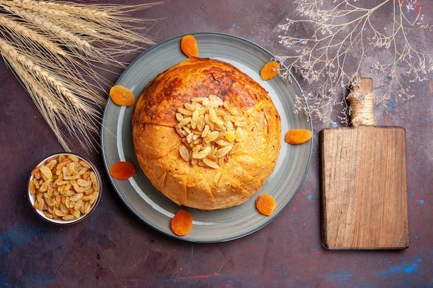 Bovenaanzicht shakh plov heerlijke oosterse maaltijd bestaat uit gekookte rijst in rond deeg op een donkere ondergrond voedsel keuken maaltijd rijst koken