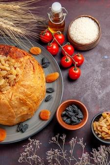 Bovenaanzicht shakh plov oosterse maaltijd bestaat uit gekookte rijst in rond deeg op een donkere ondergrond