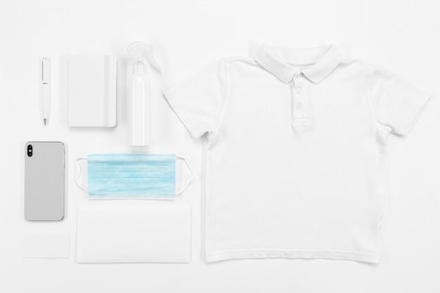 Bovenaanzicht shirt en masker arrangement