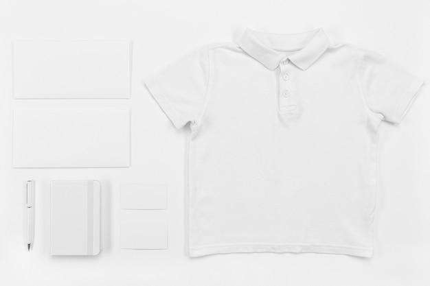 Bovenaanzicht shirt en notebook arrangement