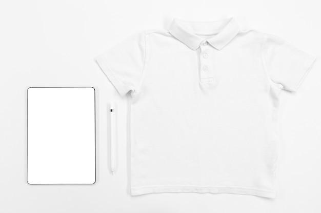 Bovenaanzicht shirt en tablet arrangement