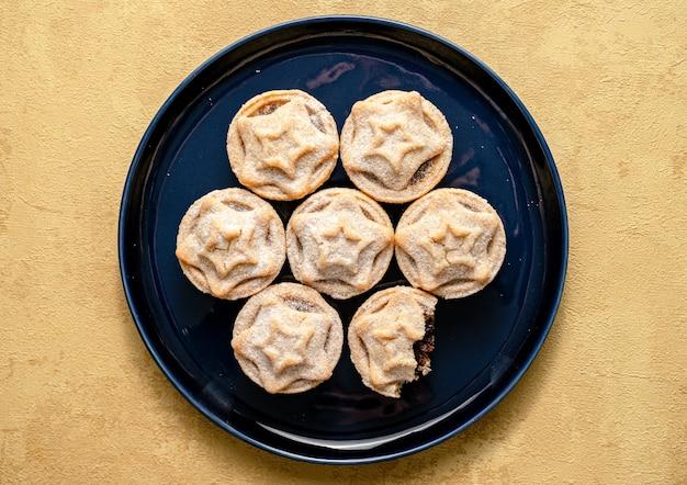 Bovenaanzicht shot van gehakt taarten geserveerd op een schotel