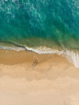 Bovenaanzicht shot van mensen lopen op het strand van varkala