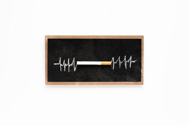 Bovenaanzicht sigaret op een schoolbord