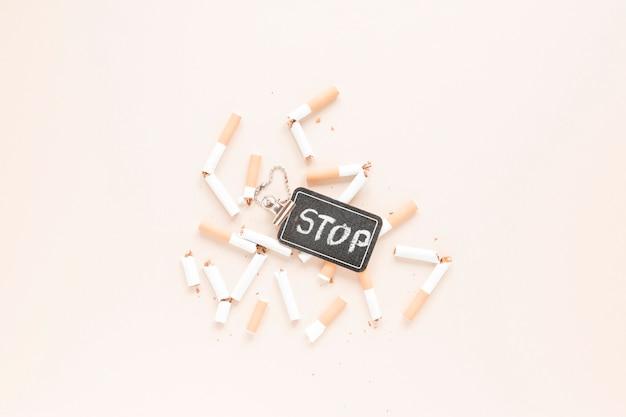Bovenaanzicht sigaretten en label