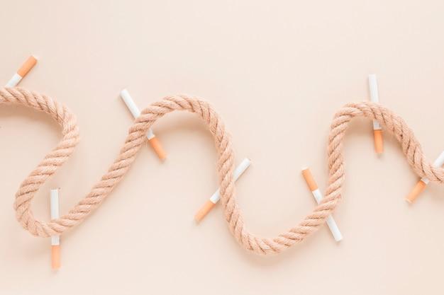 Bovenaanzicht sigaretten en touw