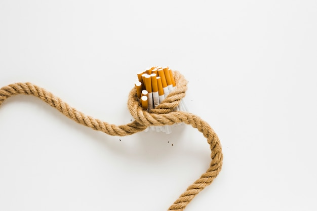 Bovenaanzicht sigaretten gebonden door een touw