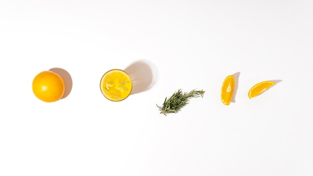 Bovenaanzicht sinaasappel- en kruidenarrangement